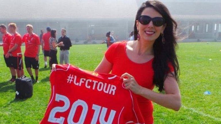 Линда Пизути позира с фланелката за турнето на Ливърпул