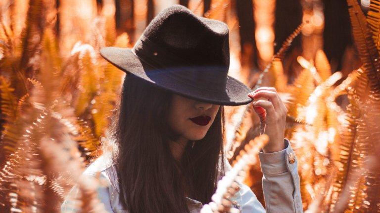 Шапка с мека периферияВълнените шапки с мека периферия никога не са излизали от мода, но този сезон те са наистина много актуални. Те са дозата бохемски шик, както и спасение от ден, в който косата ви не е съвсем в най-добрата си форма.