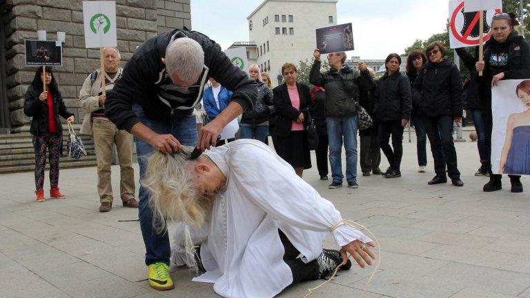 Вегани остригаха косата на жена в защита на норките