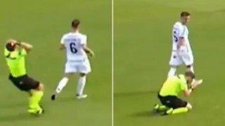 Каква поредна футболна драма: Съдия на колене след груба грешка (видео)