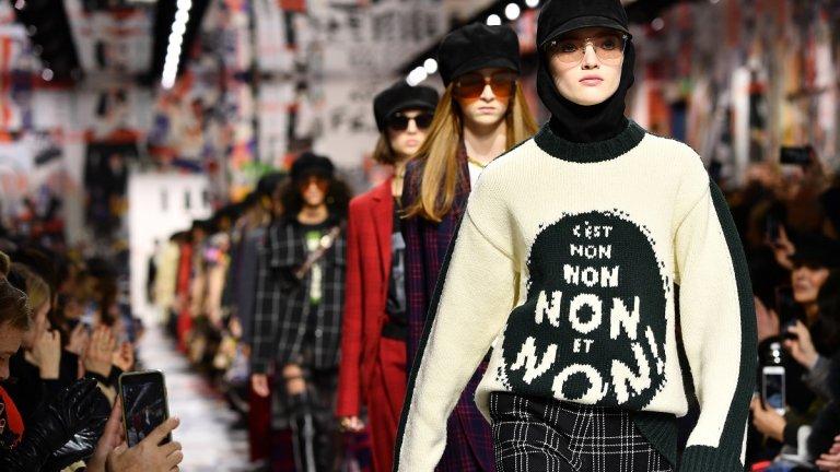 Нови модели от плетиво  За поредна година със захладняването на времето дизайнерите започват да препоръчват плетива в различни модели - от пуловери до рокли и панталони. А ако ви допадат и по-дръзките визии, може да изберете и изрязани тоалети от плетиво, които показват малко кожа.