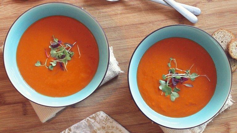 Доматена супа  Какво по-подходящо от супа без варене за лятото. И не, този път не става дума за Негово величество таратора. За целта ви трябва консерва домати, по възможност домашна, бялата част на един стрък праз лук, сол на вкус, олио и сирене.   Консервата домати пасирате гладко, но първо махате ципите, ако имат такива. Добавяте ситно нарязания лук, посолявате и добавяте малко олио. Разбърквате хубаво, натрошавате сиренето отгоре и сте готови. Супата върви с препечени филийки, ако, разбира се, не сте на диета.