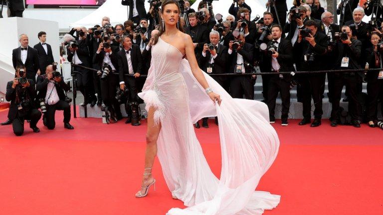Сред звездите на откриването беше Алесандра Амброзио с рокля на  Ralph & Russo.