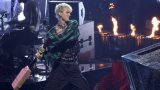 """Вокалистът на Trivium Мат Хийфи нарече гаджето на Меган Фокс """"31-годишен, обличащ се като 16-годишен пънкар"""" (на снимката: MGK унищожава китара по време на видеонаградите на MTV)"""