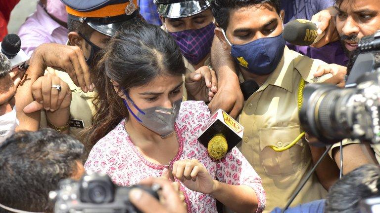 """Медиите в Индия от месеци отразяват не коронавируса или отношенията с Китай, а едно самоубийство и жената, """"виновна"""" за него"""