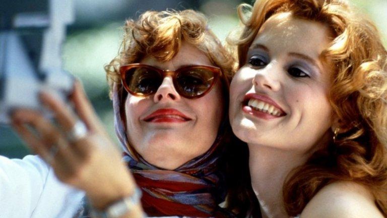 """Телма и Луис, """"Телма и Луис""""   Телма и Луис са единствения дуо в нашата скромна класация на силни и смели жени. Но те са комплексен и събирателен образ, който е феминистки еквивалент на Бони и Клайд в модерното кино. Те са двойката красиви и силни жени, която всеки би избрал за компания без съмнение.   Великолепният филм на Ридли Скот разказва за тези две опасни и красиви дами тръгнали на порочен похот из Америка, където да си правят каквото си искат. И го правят изключително добре, до самия фатален край."""