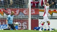 Ники Михайлов страда, а Деми де Зеув тържествува при триумфа на Аякс с 3:1 над Твенте в последния кръг на Ередевизи за сезон 2010/11, когато амстердамският гранд спечели титлата. В събота вечерта отборът от Енсхеде ще се опита да се реваншира и да увеличи аванса си пред шампионите