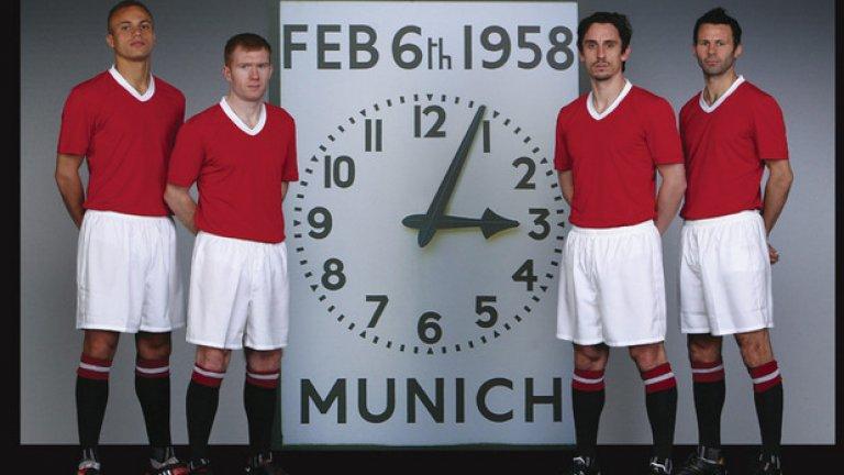 1958 Титулярният екип Преди да има спонсори екипите са били доста обикновени. Изчистени. Единствено цветовете на отбора и това е. Уес Браун, Пол Скоулс, Гари Невил и Райън Гигс позират през февруари 2008 г., за да отбележат 50 години от трагедията в Мюнхен.
