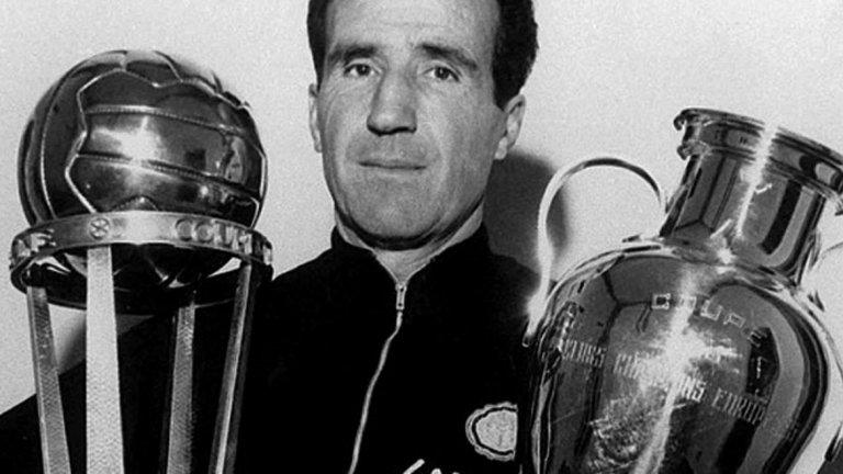 """Големият Интер и фиаското в Лисабон  В началото на 60-те аржентинският треньор Хеленио Херера е нает в Интер със задачата да направи отбор-убиец. Херера изпълнява това, като води от Барселона със себе в Милано испанеца Луис Суарес, най-добър футболист на Европа за 1960 г. Херера прави от Интер един от най-силните отбори в Европа със схемата """"катеначо"""" (4-3-2). Предизвиква истинска революция във футбола, като възлага на крайния защитник Джачинто Факети атакуващи функции. В тази конфигурация Интер печели два пъти Купата на европейските шампиони (1964, 1965) срещу Реал (3:1) и Бенфика (1:0). Става три пъти пръв в Италия. През 1967 г. тимът от Милано се класира за трети път на финал за КЕШ, след като елиминира българския ЦСКА с две равенства по 1:1 и победа 1:0 в третия мач на уж неутралния терен в Болоня. Свалянето на Интер от трона се провежда на 25 май 1967 г. в Лисабон, където срещу тима на Херера излизат смелите шотландци от Селтик, водени от мениджъра си Джок Стейн. И въпреки че Сандро Мацола открива рано головата сметка за италианците от дузпа, два гола на Томи Гемъл и Стив Чалмърс носят победата на съперника от Глазгоу. Интер на Херера заминава в историята."""