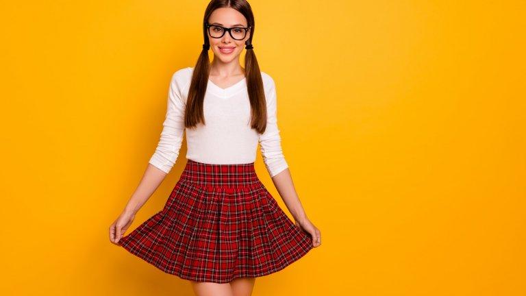 Ученическо (или шотландско) каре  Дали ще е блуза, пола, панталон или палто, няма да сгрешите ако заложите на карето. На него наблегнаха и Виктория Бекъм, Celine, Burberry и Chloé и експериментираха, поставяйки го на палта, пелерини и елегантни дневни рокли. Ако изберете да го носите както добрата стара ученическа униформа - с къса пола, високи чорапи и бяла риза, хем ще сте в тренда, хем ще приличате на апетитна Лолита. Иначе традиционното шотландско каре виждаме в най-различни форми и цветови интерпретации.