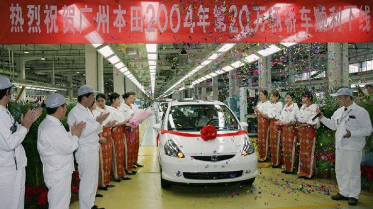 През 2004-а работници в една от фабриките на Honda в Китай отпразнуваха 200-хилядната кола, днес стачкуват заради исканите заплати от поне 300 долара на месец - близо 500 лева...