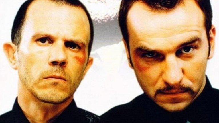 """""""Мъртвешки студен"""" (Mrtav Ladan) Жанр: комедия Година: 2002  Тази черна комедия от Сърбия напълно заслужава вниманието ви. В центъра на историята са двамата братя Киза и Леми - нехранимайковци, които дължат пари на гангстери. Животът им се усложнява, когато става ясно, че трябва да откарат тялото на починалия си дядо от Белград до родното си село. В противен случай баща им ги заплашва с много неприятна съдба, сравнима със заплахите на гангстерите. Поради затрудненото си финансово положение, двамата раждат гениалната идея да пренесат тялото с влак... но без да казват на останалите пътници, че дядо им всъщност е покойник.  Това, както се досещате, води до доста нелепи ситуации, в които са замесени един дребен дилър на дрога, едно малко момиченце, полицай и куп други неволни съучастници в този абсурд.  А в един момент усмивка ще ви донесе и това да чуете песен на родните """"Ъпсурт""""."""