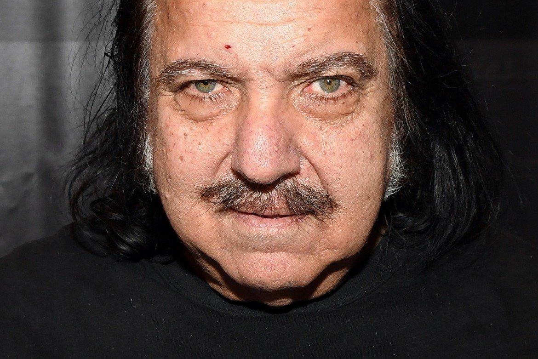 Рон Джеръми – Повече от дузина жени обвиниха порно звездата Рон Джеръми в сексуално насилие, като случаите са от различни моменти от последните 30 години. Една от актрисите – Дженифър Стийл, твърди, че Джеръми я е изнасилил два пъти през 1997 г. по време на снимачна сесия в апартамента му. Актьорът реагира, като заплаши със съд всеки, който го обвини в изнасилване.