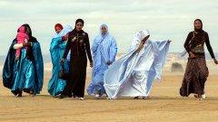 Млади берберки са облекли празничните си одежди , за да гледат състезание с камили в покрайнините на Гат. По традиция надбягванията се организират в края на декември.