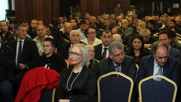 Съпругата на Лютви Местан - Ширин на първия ред на учредяването на ДОСТ
