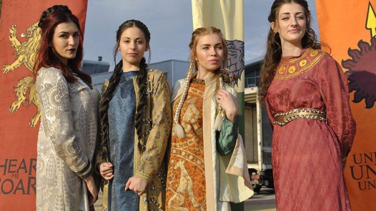 Четири момичета посрещаха гостите, облечени в стилистиката на Game of Thrones