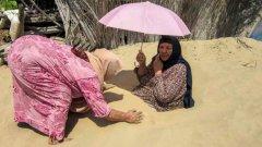 """Така в Египет поддържат добро здраве. """"Погребването"""" на пациенти в горещия пясък е традиционен метод за лечение на заболявания на костите и ставите. Извършва се само през лятото, когато пясъкът стига оптимална температура. Терапията често трае една седмица, след което пациентът има нужда от почивка в продължение на три седмици."""