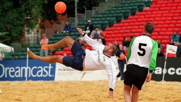 """Ерик Кантона, плажен футбол Легендата на Манчестър Юнайтед изненадващо сложи край на кариерата си през 1997 година. След това започна да се занимава с плажен футбол. Първо, бе играч на Франция, а след това и треньор, извеждайки """"петлите"""" до световната титла през 2005 г."""