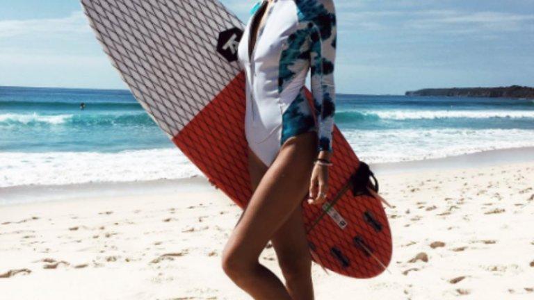 Сърфистката Тори ЛеветТя стана известна със снимките, на които е на сърф и разказва страстта си за вълните. Въпреки това славата на красивата австралийка Тори Левет, премина границите на сърфа и набързо завоюва интертнет. Красавицата светкавично се превърна в звезда на австралийските подиуми и е много търсена от международните марки. За няколко дена последователите й вече са 102 хиляди.