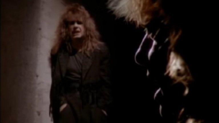 """Ozzy Osbourne и Lita Ford – Close My Eyes Forever  Баладите не ги правят като едно време, нали? Тази колаборация не е чак толкова странна – легендата на Black Sabbath обединява сили с глем рокаджийката Форд, но за едно бавно и изключително докосващо парче, изпълнено с истинска с много, много сила. Песента се появява през 1988-а в албума на Форд """"Lita"""".   Забавна е и историята около нейното създаване. Ози е разказвал за това как се е озовал в студиото с Лита, която по това време е менажирана от съпругата на Озбърн - Шарън. Изведнъж се оказва, че имат половин написана песен. Почти постоянно интоксикираният Ози се прибира в Англия и забравя за нея, но жена му го вика обратно в Лос Анджелис, за да довършат започнатото. В крайна сметка Ози дори се съгласява да запише песента (след като отново е забравил за нея), а накрая дори участва в клипа."""