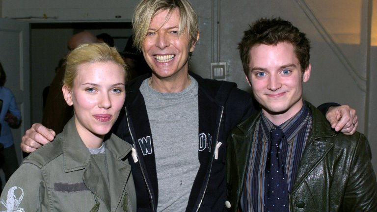 """Близък приятел е със Скарлет Йохансон Фантазията на милиони мъже е сред най-близките приятели на Илайджа. Двамата се запознават по време на снимките на филма """"Норд"""", когато актьорът е на 13 г., а Йохансон - едва на 10 г."""