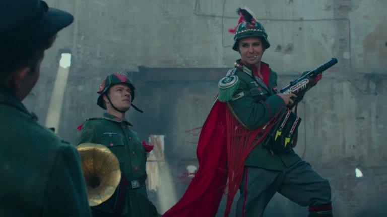 Сам Рокуел като капитан Кленцендорф също успява да спечели вниманието. С неговия образ Тайка Уайтити повдига и един нетипичен въпрос - способен ли е един войник от нацистката армия да прави добро?