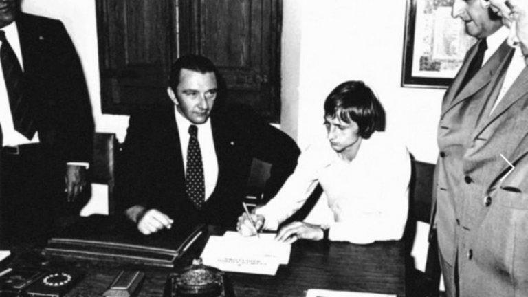 """Политиката на Агусти Монтал  През 1969 г. за президент на Барселона е избран Агусти Монтал. С ловка политика, обхващаща каталунския национализъм, той успява да спечели огромната част от привържениците. В програмата му са залегнали и такива принципи като реставриране на каталунизма, изложени покрай невинните на пръв поглед претенции за по-голяма независимост на регионалната футболна федерация от централата в Мадрид.   Големият удар идва на 13 август 1973 г., когато договор с Барселона подписва великият холандец Йохан Кройф (на снимката). Само шест месеца по-късно каталунците нанасят нечуван разгром с 5:0 на Реал, и то насред """"Сантяго Бернабеу"""". С Кройф начело е спечелена и шампионската титла, за пръв път от цели 14 години насам. Честванията на трофея съвпадат със 75-ата годишнина от основаването на клуба, а на тържествата пристига дори знаменитият художник Салвадор Дали. Разбира се, всички скандират """"Каталуния над всичко!"""" По радиоуредбата на """"Камп Ноу """" съобщенията вече вървят на местния език каталан, клубът възвръща оригиналното си название Futbol Club Barcelona. А на 28 декември 1975 г., само месец след смъртта на Франко, публиката на стадиона вече развява свободно националното знаме на Каталуния. И то не в какъв да е мач, а на голямото дерби с Реал. Голът на Карлос Рехач в последната минута, донесъл победата над врага от Мадрид с 1:0, се явява черешката на тортата."""