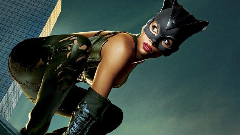 """""""Жената котка""""    Един от най-сериозните конкуренти на """"Дявол на доброто"""" за титлата """"най-лош комиксов филм в историята"""" е злополучната широкоекранна реинкарнация на един от най-привлекателните образи от канона на """"DC comics"""" - гъвкавата, манипулативна и коварна Селина Кайл. Тя е топ мацка във всяко едно отношение и получи легендарна персонификация от Мишел Пфайфър в страхотния """"Батман се завръща"""" на Тим Бъртън. Но """"Жената котка"""" на псевдо визионера, идващ от рекламния бизнес, Питоф (винаги имайте едно наум за филми, режисирани от хора без фамилии) е кинематографично извращение. Хали Бери е просто ужасна в лошо написания образ на Жената котка, а Шарън Стоун се излага грандиозно като лошата."""