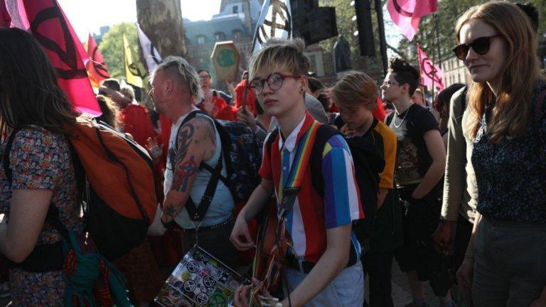 И едно злополучно ръководство за борба с радикализма сред младежите, което разбуни духовете, включвайки сред опасните организации и тази на младите еколози
