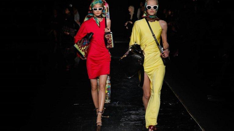 Завръщането на 60-те  И тази есен модата гледа към миналото и взима най-доброто от 60-те години, за да го пренесе в новото хилядолетие. От 60-те в 2021 г. идва подчертаването на талията с дебели колани, носенето на ръкавици с принтове, ярък грим и кърпа за глава, а от съвремието се прибавят изчистените цветове и кройката по тялото.