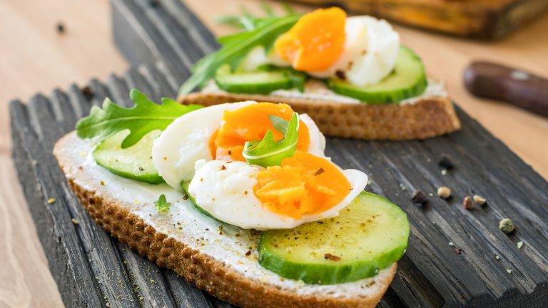"""Сандвичи с яйца  А кой казва какво да хапваме на вечеря? И защо да не са сандвичи? Особено ако са питателни и вкусни. За тези специално вземете пълнозърнест хляб, сварете 3-4 яйца (варят се за пет минути, затова ги изваждаме от графата """"висене на котлона""""), които ще са достатъчни за четиричленно семейство.   Може да им придадете вкус и разкош, като разбъркате в купа крема сирене - около 100 грама, две чаени лъжички горчица, няколко супени лъжици прясно мляко и малко лимонов сок. Добавете и сол на вкус и млян черен пипер. Намажете сместавърху филийките и след това наредете резени сварено яйце. Може да украсите със стрък магданоз."""