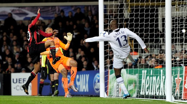 """Централен защитник: Уилям Галас, от Арсенал (2010 г.), свободен агент, 78 мача за Тотнъм, 1 гол Може би не най-обичаният футболист, обличал фланелката на """"шпорите"""", но в най-добрите си дни, под ръководството на Хари Реднап, Уилям Галас бе важна част от Тотнъм."""