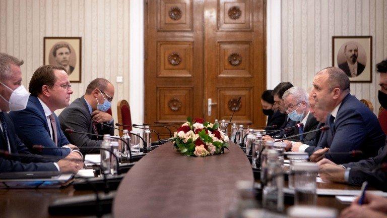 Според българския президент в момента са нужни ясни правнообвързващи решения от македонска страна