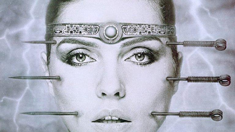 6. KooKoo (1981) – Деби Хари  Мнозина бяха убедени, че Blondie е просто име на певица, та се налагаше постоянно да се уточнява, че те представляват цяла банда. Важността на това уточнение пролича, когато зли изпълнителни продуценти най-сетне убедиха певицата на Blondie Деби Хари да издаде солов албум през 1981 г. с подкрепата на дългогодишния си приятел и колега в Blondie Крис Стейн.   KooKoo обаче си остава разочароваща колекция от пост-диско поп, фънк и разхвърляни рап елементи, която звучи като особено лош ден в офиса за продуцентите и основни композитори Найл Роджърс и Бeрнард Едуардс от Chic. В същината си албумът представлява вариация и разводняване на хитовия сингъл на Blondie Rapture, минус магията, която привнасят останалите от бандата.