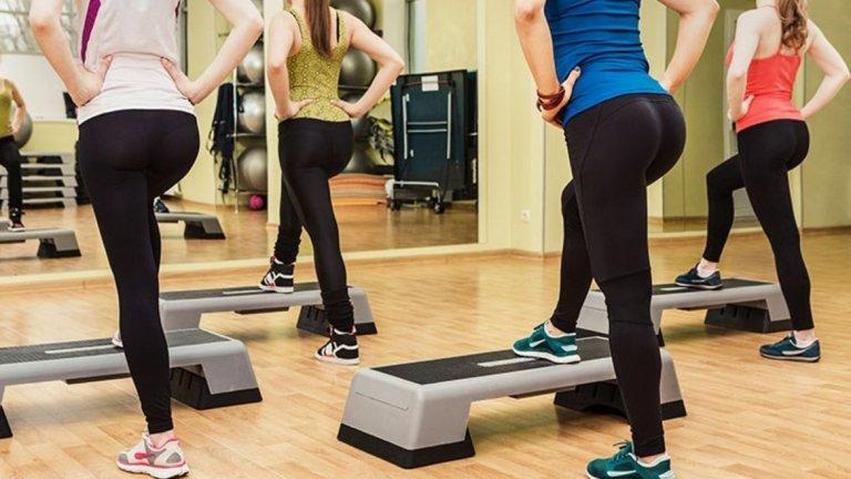 """9. Качване на повърхност Упражнението """"Step Up"""" натоварва предното бедро, като в същото време е доста ефективно и за оформяне на седалището.  Начин на изпълнение: Застанете пред висока повърхност (кутия, пейка, стъпало) с поставени ръце на кръста. Поставете левия си крак върху повърхността. Повдигнете тялото си, като използвате силата на левия си крак, докато кракът не се изпъне напълно. Снижете се до стартова позицияи повторете същите стъпки с десния крак. При трудности в изпълнението на упражнението, регулирайте височината на използваната повърхност."""