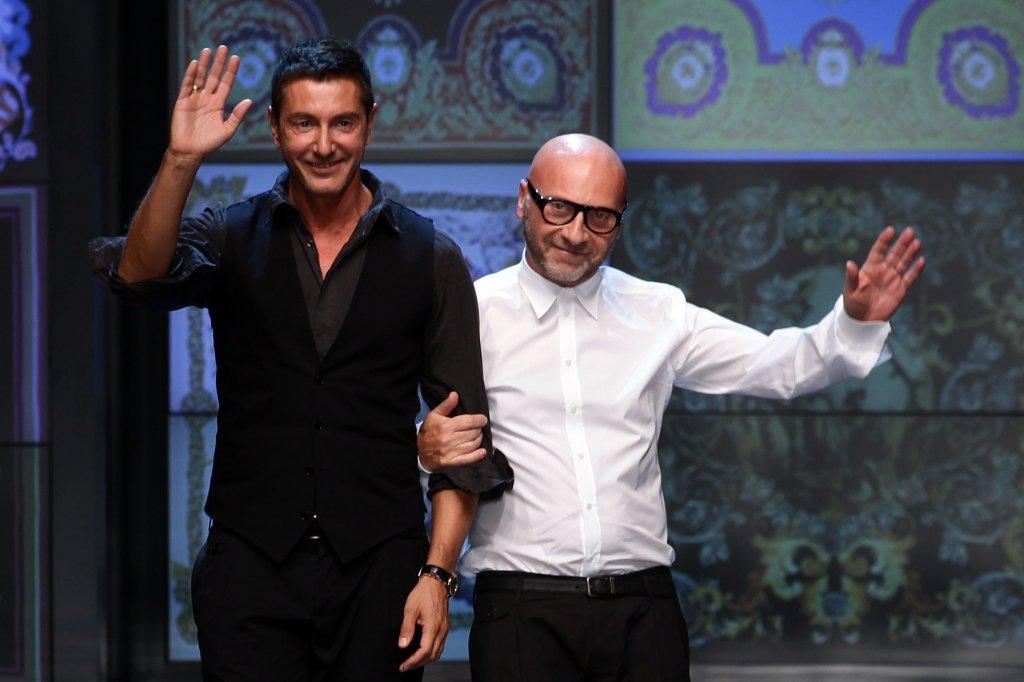"""Долче и Габана  И по-точно - Доменико Долче и Стефано Габана, създателите на легендарния моден бранд. През 2005 г. двамата обявяват раздялата си и то след цели 23 години романтични взаимоотношения. Да продължат съвместната си работа в модната къща първоначално е истинско изпитание.   И двамата се чудят дали не е най-добре да разделят бизнеса и всеки да поеме по пътя си, но впоследствие решават, че това ще е пагубно. Постепенно отношенията между Долче и Габана навлизат в ново русло и сега Стефано се шегува, че """"всичко си е същото, но без секс!""""."""