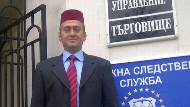 Юзеир Юзеиров, с фес - в тон с вратовръзката, пред полицията в Търговище. Ако ще в потури да тръгне, какво ви пука?