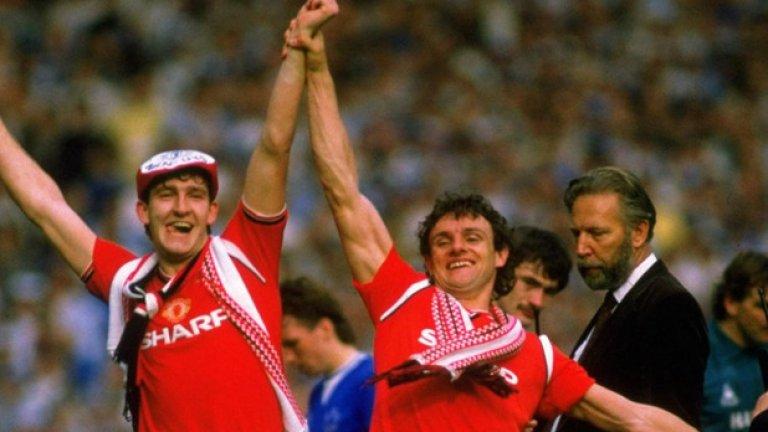 1985 Титулярният екип Още една класика. Изчистена червена фланелка, със спонсора и емблемата на гърдите. Някои не харесваха белите райета около рамената, но преглътнаха всичко след триумфа във ФА Къп.