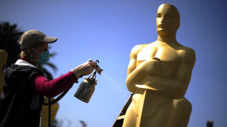 """Първата церемония по наградите на Академията се провежда през май 1929 г. пред публика от около 270 души. Първото телевизионно излъчване на """"Оскарите"""" датира от 1953 г. Днес церемонията се предава на живо в над 200 държави по света."""
