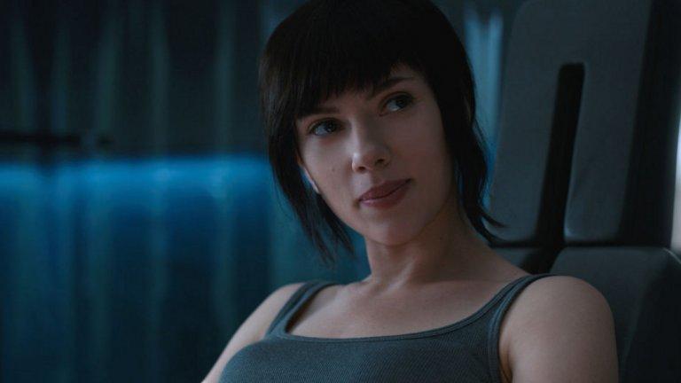 Зад гърба й вече са и скандалите за това какви роли може и не може да играе. Спорове породиха както ролята й в Ghost in the Shell (2017 г.), така и планираното участие като транссексуален мъж във филма Rub and Tug, от който впоследствие се отказа заради острите реакции онлайн.