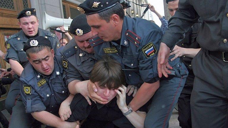 """Руски спецчасти задържат участник в """"марша на несъгласните"""" в Москва на 31 май 2010 г."""
