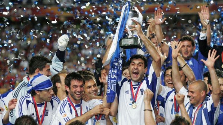 Гърция, Евро 2004, селекционер: Ото Рехагел Гърция стана бе изненадващият шампион на Европейското първенство през 2004-а, побеждавайки домакина Португалия на финала. Гърците спечелиха , 1/4-финала (срещу Франция), 1/2-финала (срещу Чехия) и финала (срещу Португалия) с по 1:0. Преди началото на Еврото Гърция бе поставена под №30 в ранглистата на УЕФА – все едно сега Северна Ирландия да спечели Евро 2016. Вратар: Антониос Никополидис Защитници: Такис Фисас, Михалис Капсис, Траянос Делас и Гьоркас Сайтаридис.