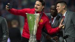 Златан с трофея от Лига Европа миналата пролет.