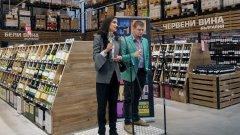 """Диана Бонева, директор """"Снабдяване"""" на МЕТРО и Георги Върбанов, Сомелиер на МЕТРО вдигат наздравица за откриването на реновираните винени отдели на компанията."""