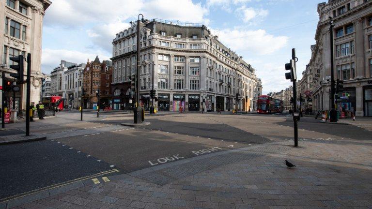 Районът на Оксфордския цирк и една от най-натоварените метростанции в Лондон също останаха без хора за известно време. Снимката е от 30 март.