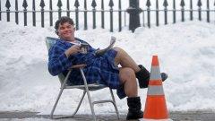 """Жителите на Бостън използват снега, за да оставят креативни бележки на онези, които искат да отнемат паркомястото им след почистването му. Все пак да изгребваш снега от своята кола всеки ден е неблагодарна задача.  """"Според кмета на Бостън, ако изринете снега от дадено паркомясто, то е ваше за 48 часа след спирането на снега"""", обявява потребител на социалните мрежи, чието паркомясто е било отнето...и той е върнал изринатия сняг обратно върху колата на нарушителя."""
