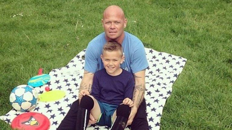 Тофтинг със сина си Маркус. Другият син на футболиста почина само на три седмици от менингит