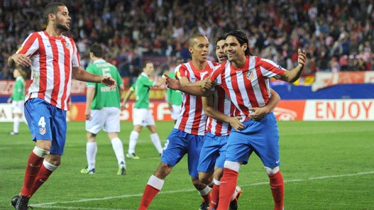 Радамел Фалкао (вдясно) направи шеметен първи сезон за Атлетико - както в Лига Европа, така и в Примера дивисион