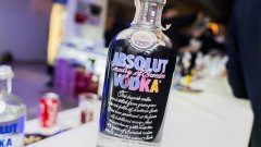 Новата Absolut бутилка, продължаваща оригиналната попарт творба на Анди Уорхол отпреди 28 години
