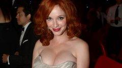 """На 3 май червенокосото изкушение Кристина Хендрикс празнува своя 45-и рожден ден. Трябва да признаем, че както се случва често при актрисите, така и за нея явно годините са само цифра. През 2010 г.беше призната от читателите на Esquire за """"най-сексапилната жена в света"""", а 10 години по-късно актрисата е все така атрактивна. А в ерата на пластичната хирургия е за отбелязване, че пищните й форми са напълно естествени.  В тази връзка се запитахме колко от нейните колежки могат да се похвалят с подобни натурални дадености. Вижте в галерията какво показва краткото ни проучване."""